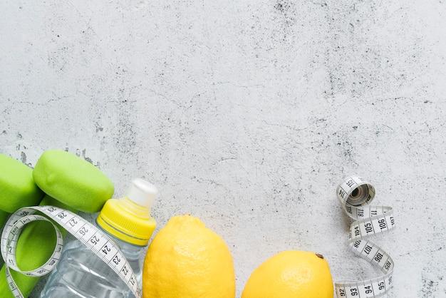 Accessori per il fitness su sfondo grigio
