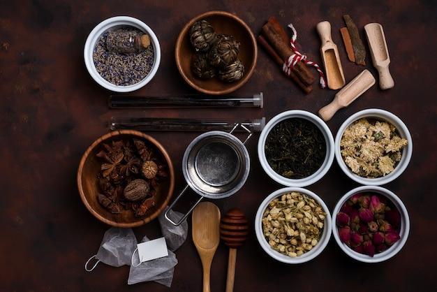 Accessori per il tè con tè diverso in ciotole