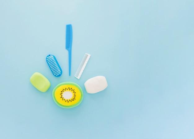 Accessori per la cura del ragazzo su sfondo blu