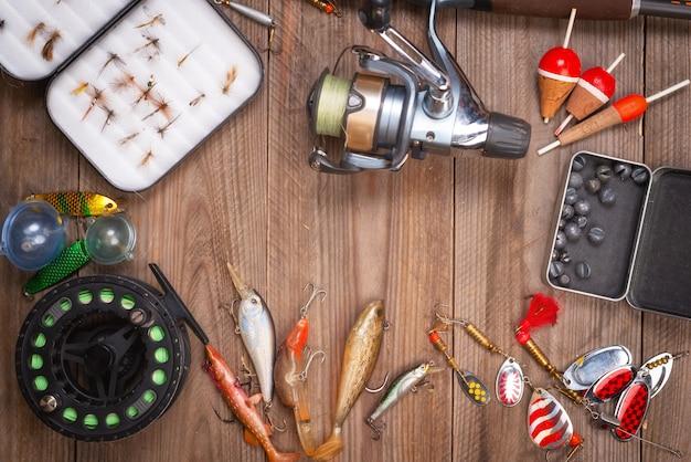 Accessori per la pesca su fondo di legno con copyspace.