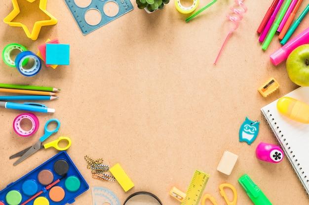 Accessori per la scuola su fondo marrone