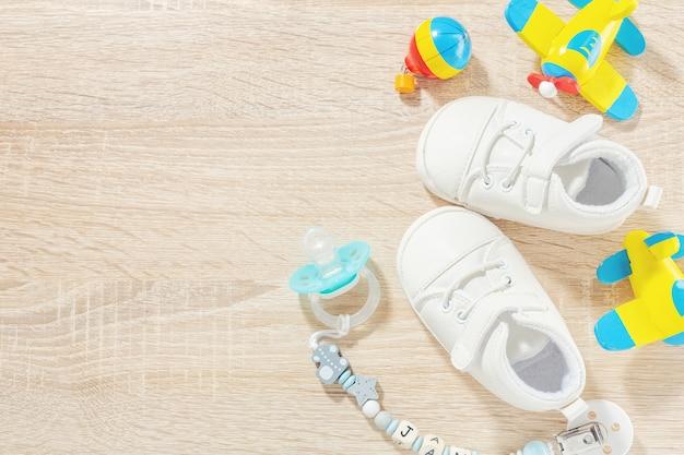 Accessori per neonati per l'assistenza sanitaria, giocando e nutrendosi di tavolo. flat lay. concetto di bambino o bambini.