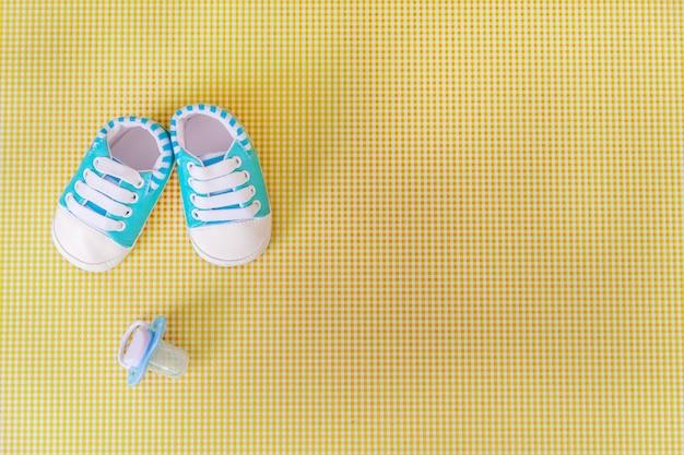 Accessori per neonati per neonati su uno sfondo colorato.