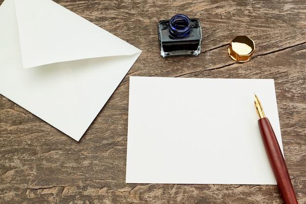 Accessori per scrivere lettere su penna antica.