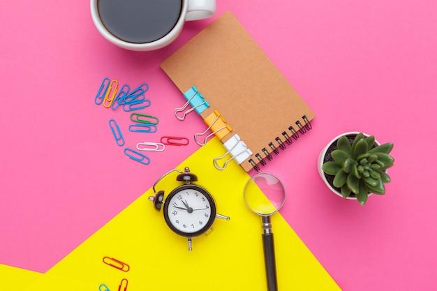Accessori per ufficio su colorato con copia space.view dall'alto