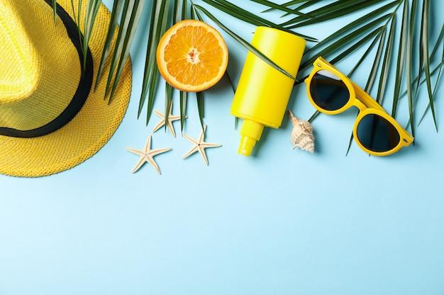 Accessori per vacanze estive su blu, spazio per il testo
