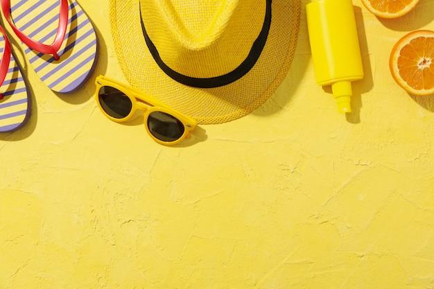 Accessori per vacanze estive su giallo, spazio per il testo