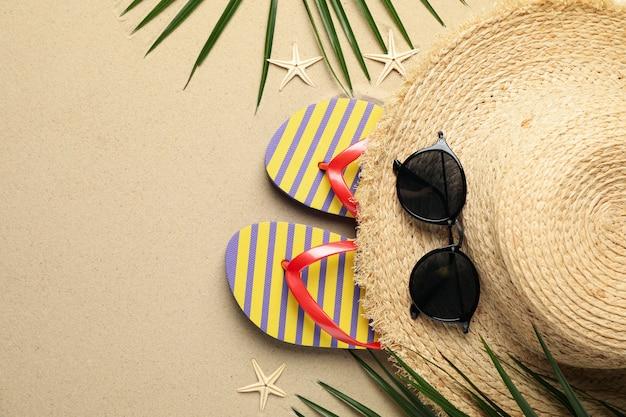 Accessori per vacanze estive su sabbia di mare, spazio per il testo