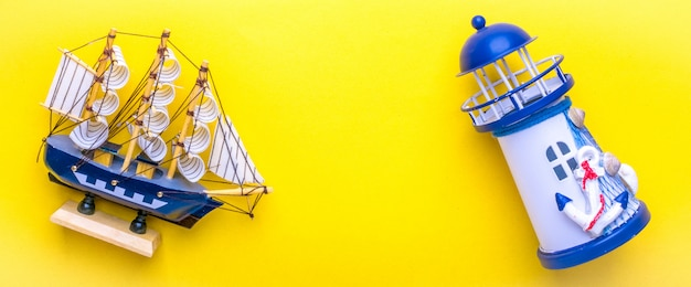 Accessori per viaggiatori piatti - faro, nave sul giallo