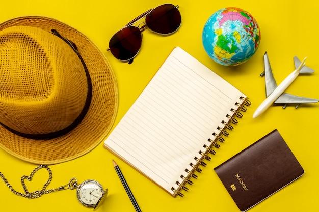 Accessori per viaggiatori su giallo