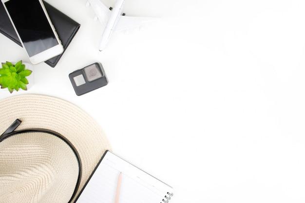 Accessori per viaggiatori su uno sfondo bianco con spazio di copia