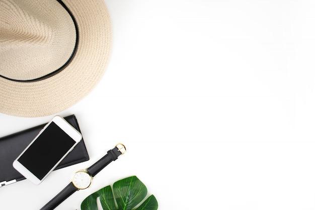 Accessori per viaggiatori su uno sfondo bianco