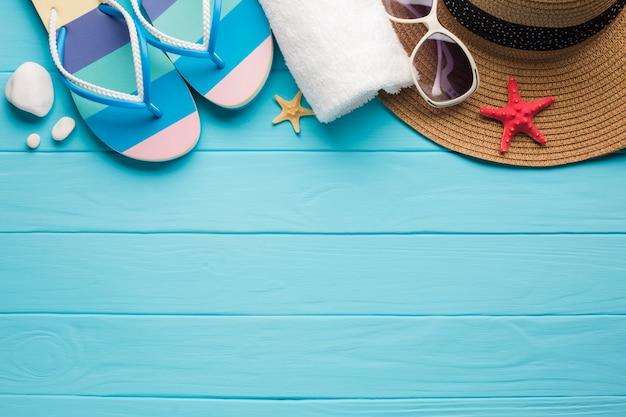 Accessori spiaggia piatta laici con lo spazio della copia