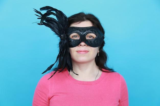 Accessorio da portare della maschera del partito della donna divertente. ragazza eccentrica che recita giocosa e si diverte a festeggiare. concetto di umorismo e scherzo. primo d'aprile.