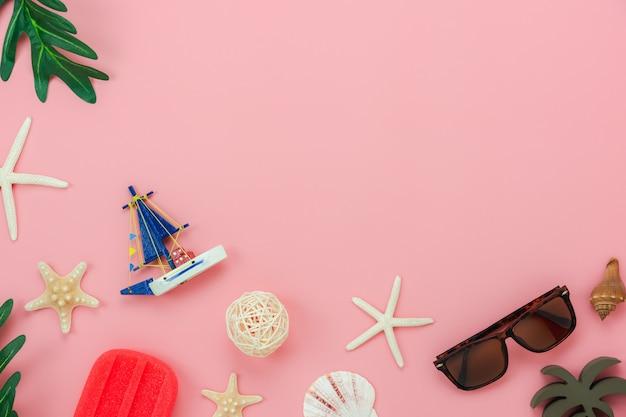 Accessorio da tavolo vista dall'alto delle donne abbigliamento intenzione di viaggiare in vacanza estiva
