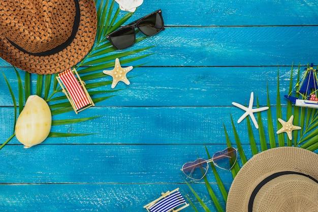 Accessorio da tavolo vista dall'alto di abbigliamento donna e uomo ha in programma di viaggiare in vacanza estiva