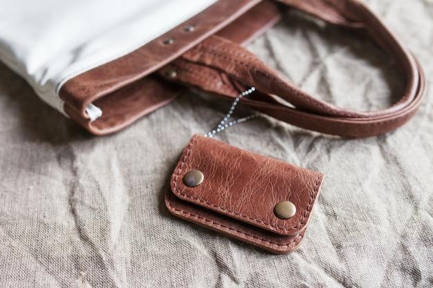 Accessorio in pelle. una borsa in vera pelle.