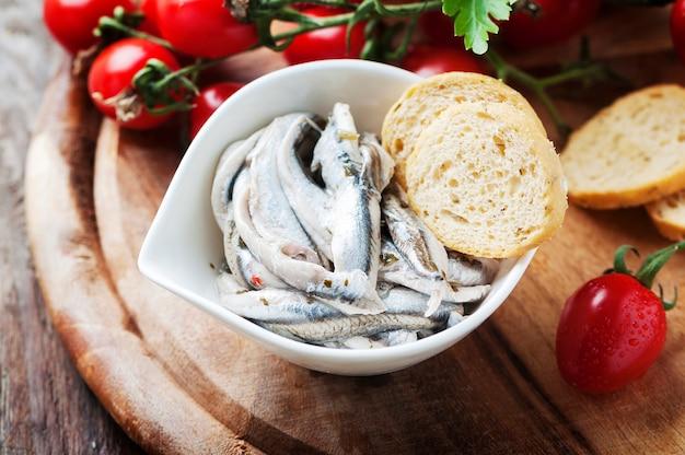 Acciuga tradizionale italiana con pane e pomodoro