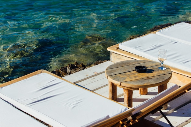 Accogliente angolo in riva al mare perfetto per rilassarsi in piena giornata