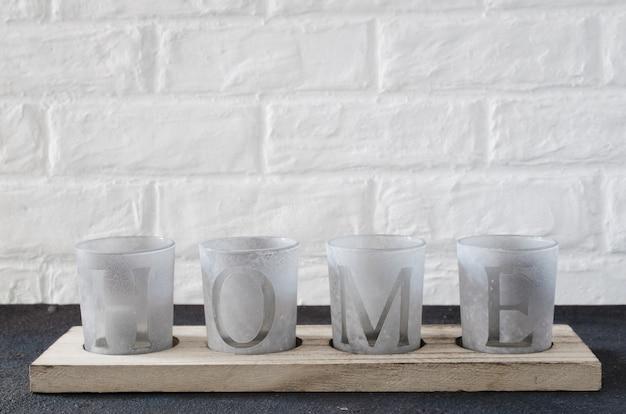 Accogliente arredamento d'interni per la casa, candelieri con la scritta home