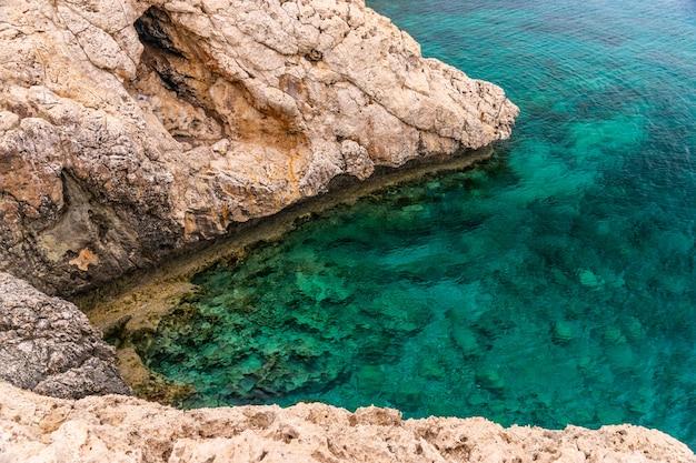 Accogliente baia pittoresca sulle rive del mar mediterraneo