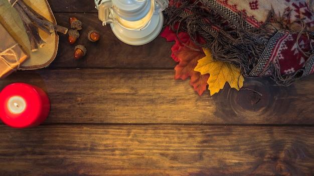 Accogliente composizione autunnale con lanterna e foglie