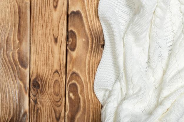 Accogliente coperta lavorata a maglia su assi di legno