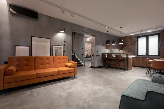 Accogliente design degli interni di spazioso monolocale contemporaneo luminoso