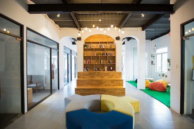 Accogliente hall con libreria