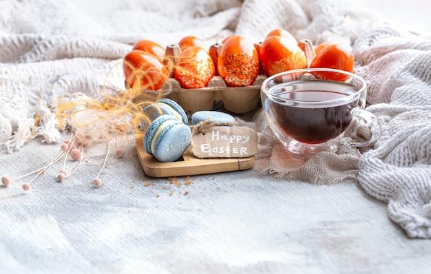 Accogliente natura morta di pasqua con decorazioni. tè del mattino con dessert.