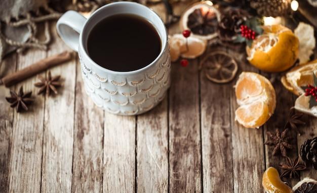 Accogliente tazza di tè di natale