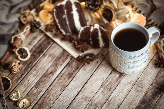 Accogliente tazza di tè e fetta di torta