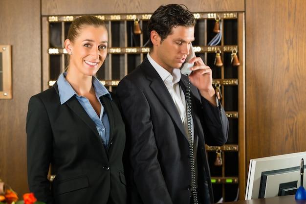 Accoglienza in hotel, uomo e donna