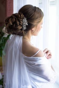 Acconciatura da sposa. sposa. vista laterale. mattina della sposa