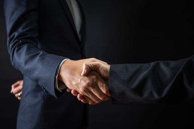 Accordo commerciale e concetto di negoziazione di successo, uomo d'affari in abito stringere la mano con il cliente