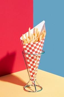 Accordo con patatine fritte su un supporto