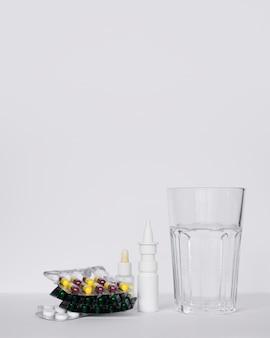 Accordo con pillole e bicchiere d'acqua