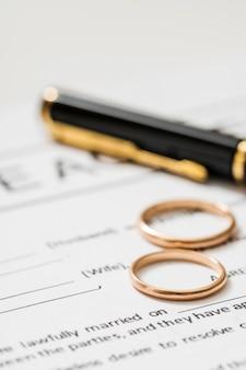 Accordo di divorzio con fedi nuziali