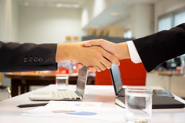 Accordo handshak di successo dopo un buon affare in ufficio.