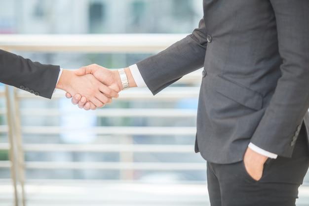 Accordo tra due uomini d'affari hands shake, finendo un incontro.