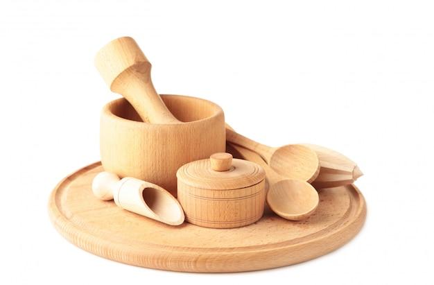 Accumulazione degli utensili di legno della cucina isolati su bianco.