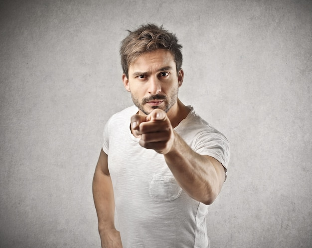 Accusa l'uomo arrabbiato