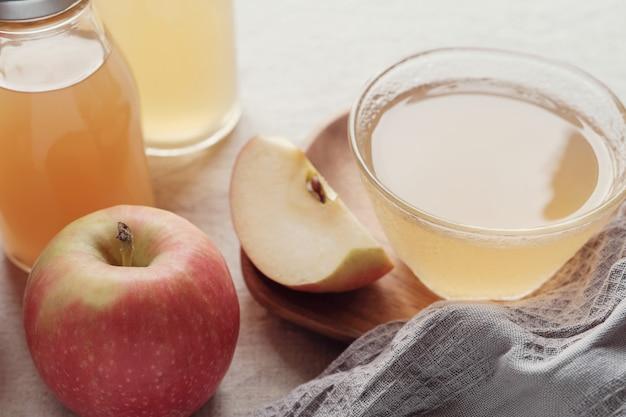 Aceto di mele con la madre in una ciotola di vetro, alimenti probiotici per la salute dell'intestino