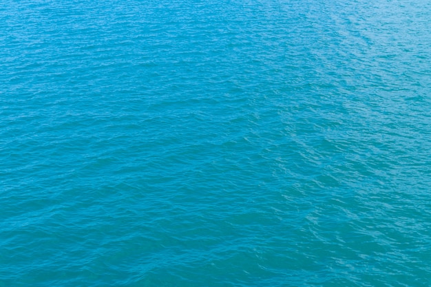 Acqua blu astratta nella struttura del fondo dell'acqua di mare