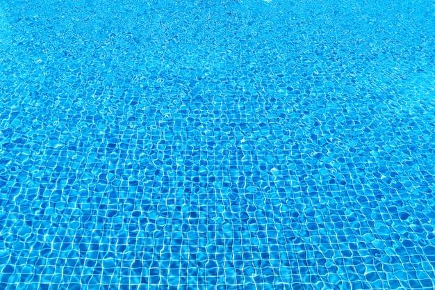 Acqua blu ondulazione in piscina