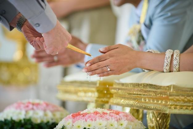 Acqua che versa, cerimonia tradizionale tailandese, impegno