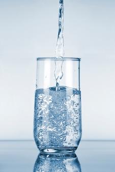 Acqua che versa nel bicchiere
