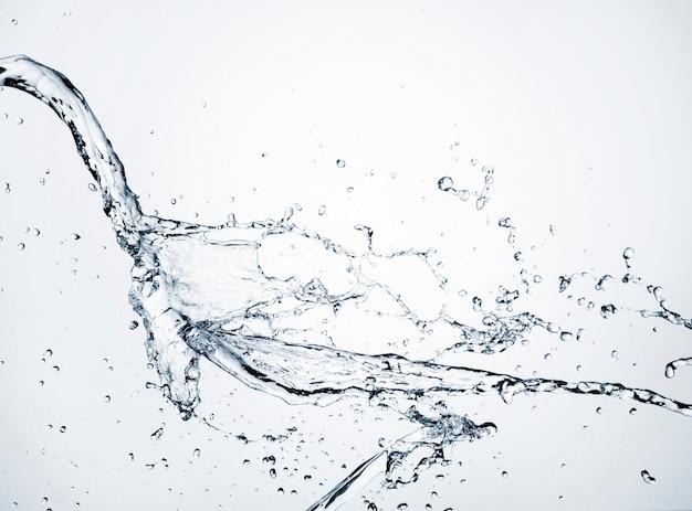Acqua chiara del primo piano dinamica su fondo leggero