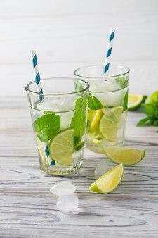 Acqua con lime, limone e ghiaccio