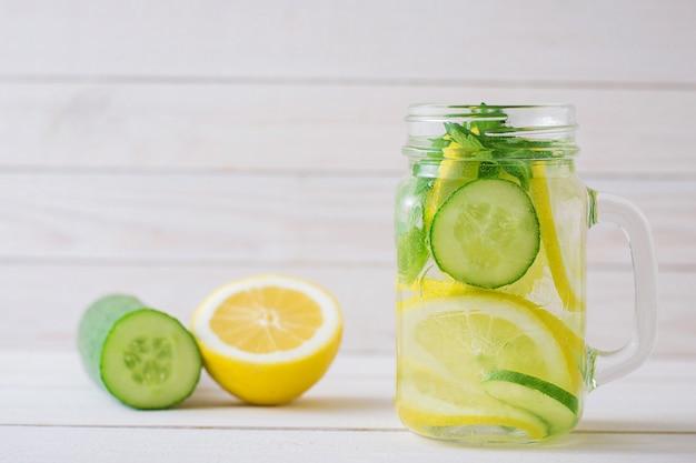 Acqua con limone e cetriolo in una tazza di vetro